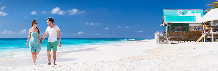 Flitterwochen Anguilla Strand Badehosen Bikini Paar