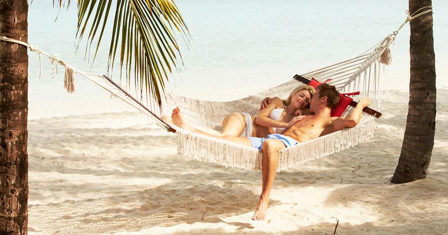 Antigua Flitterwochen Paar Hängematte Strand Romantik