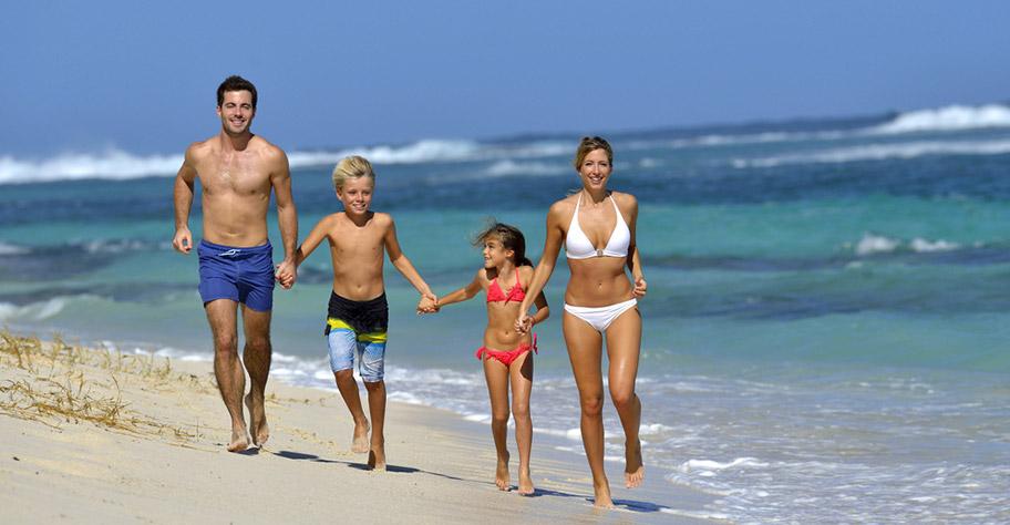 Familie Guadeloupe Strand Eltern Kinder Spass Rennen