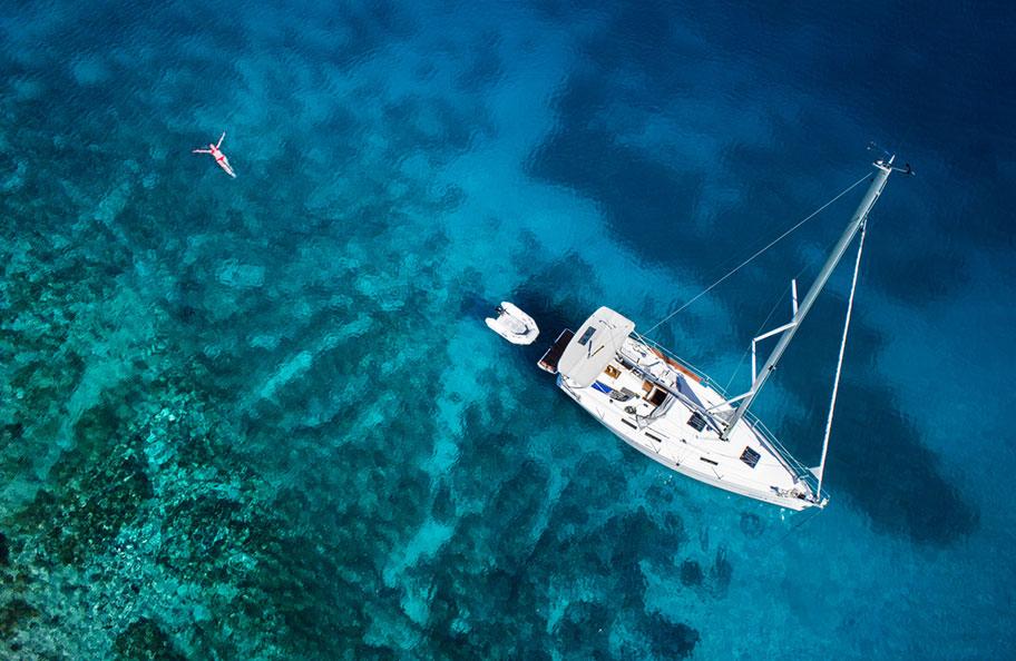 Karibik Segelschiffkreuzfahrt, Frau im Meer Aerial Aufnahme