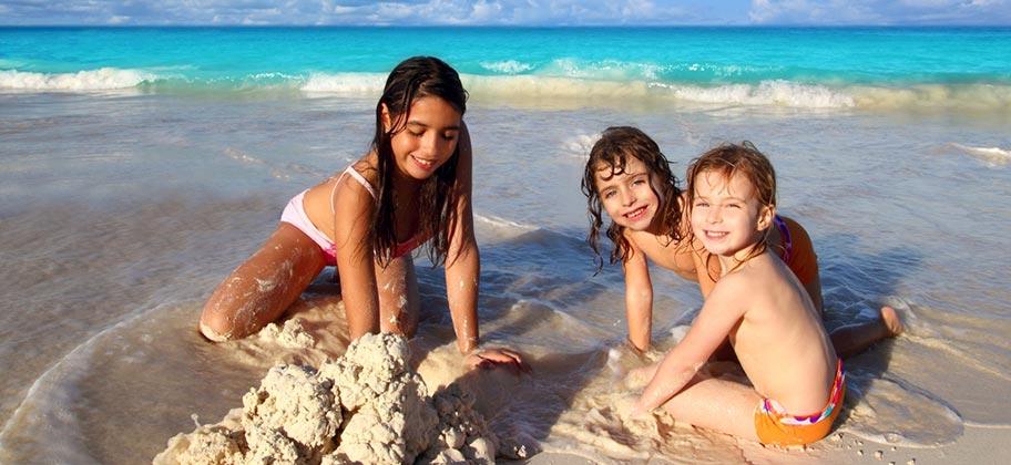 Kinder Strand spielen Sand St. Lucia Familienhotel