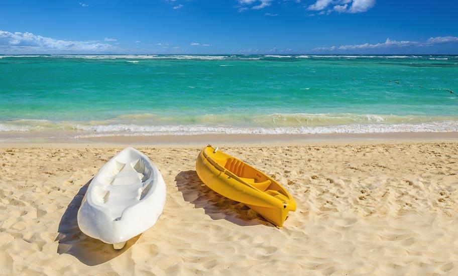 Nevis Badeferien Strand türkis mit zwei Kanus