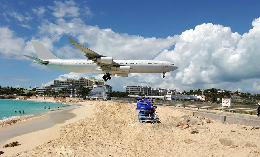 St. Martin Maho Beach Flugzeug tief