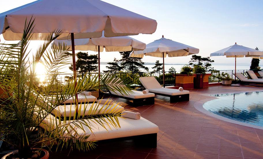 st. barth luxusreisen pool villa luxusresort sonnenschirme