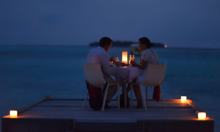 St. Barth Flitterwochen Paar Candle Light Dinner Strand