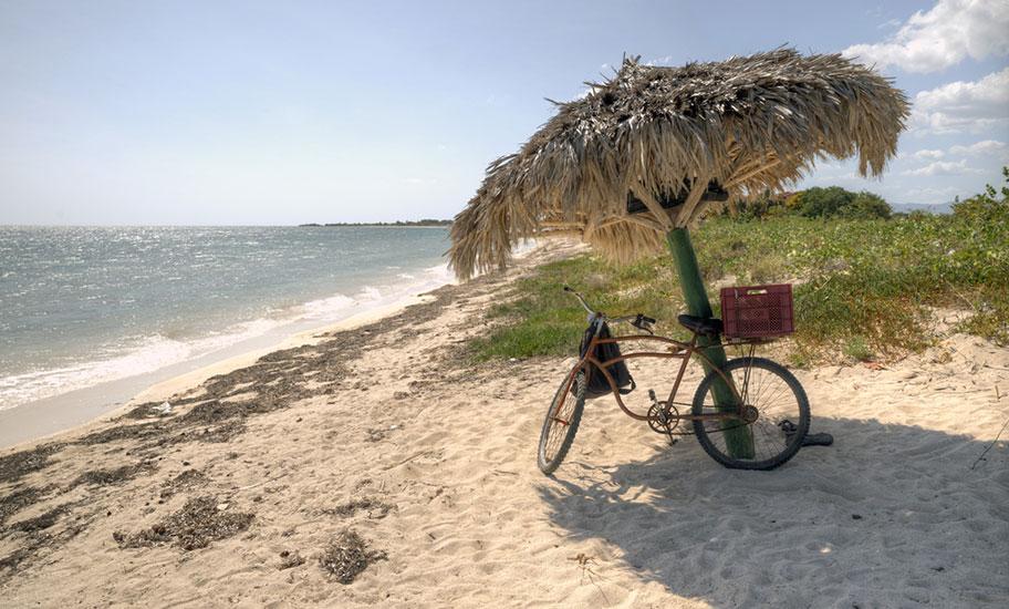 Kuba Veloferien Strand Sonnenschirm Angebot