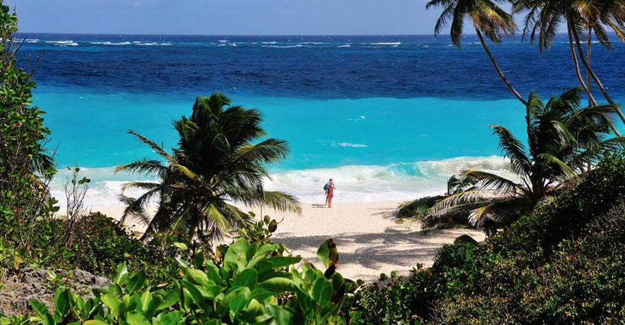 Barbados Honeymoon Flitterwochen Paar an einsamen Strand